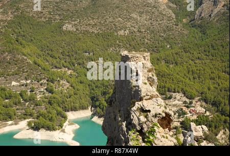 Blick vom Castillo de San Jose El Castell de Guadalest, in der touristischen Stadt von Guadalest, Provinz Alicante, Spanien - Stockfoto