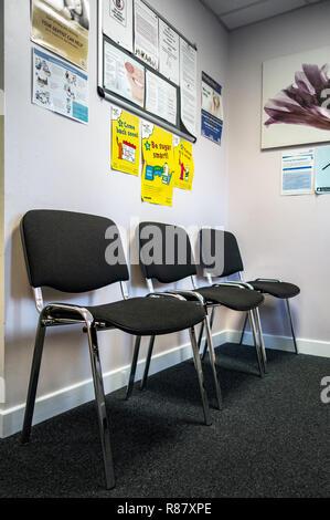 Wartezimmer und Stühlen auf lokaler Zahnarzt Chirurgie in South Yorkshire, England - Stockfoto