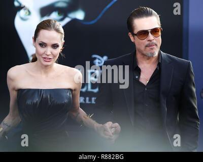 """(Datei) Angelina Jolie und Brad Pitt zu Gerichtsverfahren in Haft. Angelina Jolie und Brad Pitt nehmen ihren Kampf um das Sorgerecht für ihre Kinder vor Gericht. Eine Testversion wird am 4. Dezember 2018 zu beginnen, je nach Gericht Dokumente von CNN. Jolie und Pitt im September 2016 nach zwei Jahren Ehe getrennt und ordnete für Scheidung kurz nach. Das Paar haben sechs Kinder, die vom Alter 10 bis 17. HOLLYWOOD, Los Angeles, CA, USA - 28. Mai: Schauspieler Angelina Jolie (Tragen von Atelier Versace) und Brad Pitt (Tragen von Gucci) kommen bei der Weltpremiere von Disney's """"aleficent' Hel - Stockfoto"""