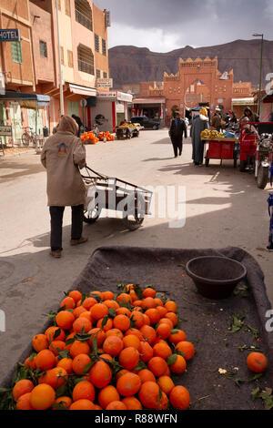 Marokko Errachidia, Straße mit Bogen in der Nähe von Market - Stockfoto