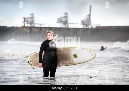 Danielle Robertson, der den Frauen surfen Gemeinschaft urf Senioritas', Mitglieder bei Aberavon Beach in der Nähe von Port Talbot, Wales UK gegründet. - Stockfoto