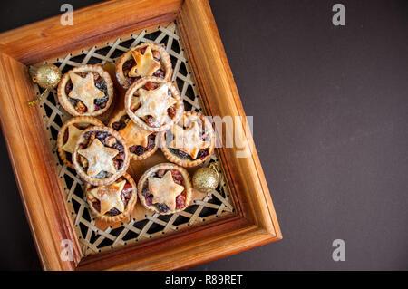 Mince Pies in einem Holzrahmen. Traditionelle Weihnachten backen. - Stockfoto