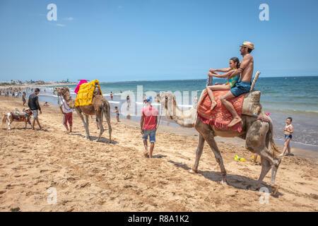 Ein Vater und eine Tochter Fahrt ein Kamel auf den Stränden von Bouznika, Casablanca-Settat, Benslimane, Marokko - Stockfoto