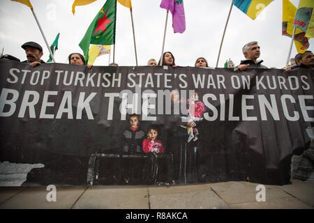 London, Großbritannien. 14. Dez 2018. Kurdische Demonstranten außerhalb des Parlaments zeigen ihre Solidarität mit denjenigen im Hungerstreik wie Leyla Guven Credit: George Cracknell Wright/Alamy leben Nachrichten - Stockfoto