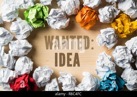 """Papier symbolisieren unterschiedliche Lösungen und die Formulierung """"Gesucht: Idee' zerknittert - Stockfoto"""