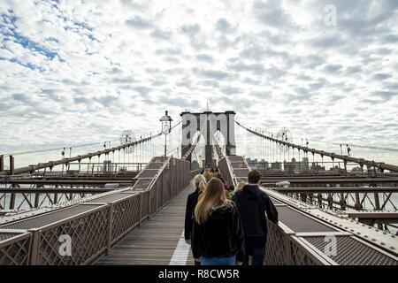 Touristen zu Fuß an der berühmten Brooklyn Bridge in Manhattan, New York, United States. - Stockfoto