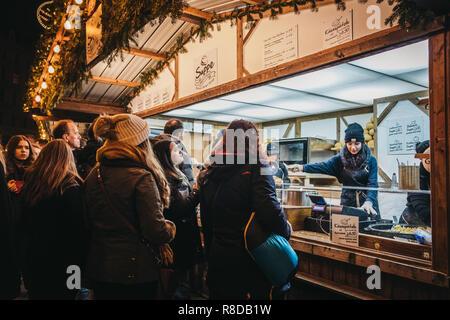 Wien, Österreich - 24 November, 2018: Menschen bei einem Lebensmittel stehen an Weihnachten Welt am Rathausplatz, traditionelle Weihnachtsmarkt in Wien mit über 150 b - Stockfoto