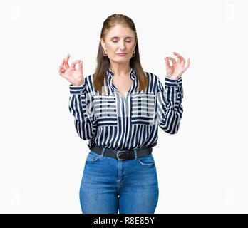Mittleres Alter reifen Unternehmens Frau über isolierte Hintergrund entspannen und Lächeln mit den Augen dabei geschlossen Meditation Geste mit den Fingern. Yoga Konzept. - Stockfoto