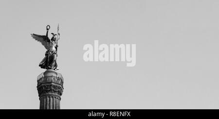 Die goldene Statue von Victoria Auf der Siegessäule in Berlin, Deutschland gegen einen blauen Himmel mit Platz kopieren, Schwarz und Weiß - Stockfoto