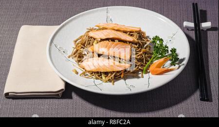 Soba Nudeln mit Lachs, gemischtes Gemüse und Soja Sprossen, traditionelle japanische Lebensmittel - Stockfoto