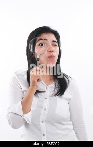 Foto Bild Portrait einer schönen nette junge asiatische Frau sah sehr glücklich und lächelnd etwas, während Sie in die Lupe zu finden - Stockfoto