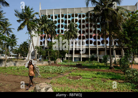 "TOGO, Lomé, verlassenen Hotel de la Paix an der Boulevard du Mono, 1970 ""Íes gebaut, Urban Gardening/verlassenenes Hotel des Friedens, Gemuese Garten - Stockfoto"