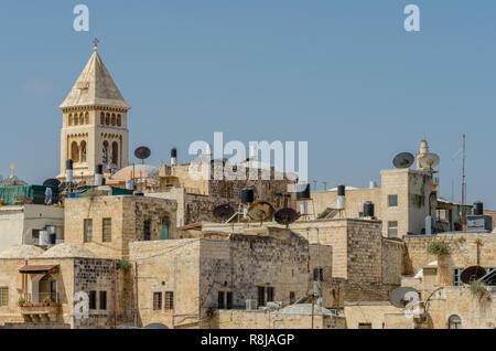 Der Glockenturm der evangelischen Kirche des Erlösers ragen über die Dächer in der Altstadt von Jerusalem, Israel - Stockfoto