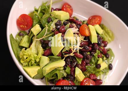 Vegan grüner Salat mit Avocado und Bohnen - Stockfoto