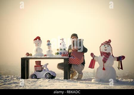 Glückliche Menschen öffnen Geschenkbox - Stockfoto