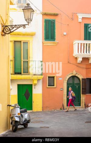 Italien, Apulien, Salento, Gallipoli, Gasse des historischen Zentrums - Stockfoto