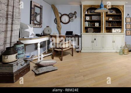 Konzept der Innenausstattung des Zimmers, wo Ingenieur lebt. Interieur der Zimmer im Stil des Mechanikers. - Stockfoto