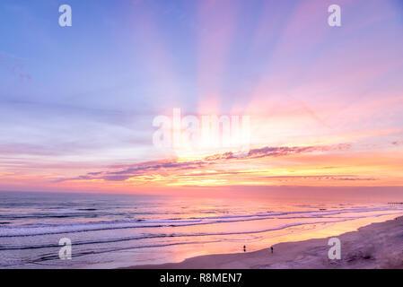Farbenfrohe Strand Sonnenaufgang mit Sonnenstrahlen in Fort Lauderdale, Florida geschossen - Stockfoto