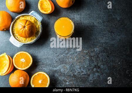 Frische Orangen entsaften Saft und tropische Früchte auf Beton. - Stockfoto
