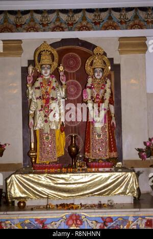 Statuen von Gott und Göttin Lakshmi und Narayana in Bira Tempel, Delhi, Indien - Stockfoto