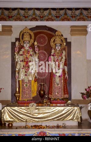 Statuen von Gott und Göttin Lakshmi und Narayana in dwarka Temple, Gujarat, Indien. - Stockfoto
