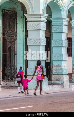 Jungen kubanischen Mutter Spaziergänge zwei Kinder zur Schule in Havanna Kuba - Stockfoto