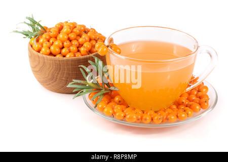Sanddorn Tee im Glas und Holz- Schale mit Beeren auf weißem Hintergrund - Stockfoto