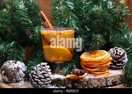Heißes Getränk von Sanddorn in die Einrichtung des neuen Jahres - Stockfoto