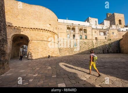 Italien, Apulien, Salento, Otranto, das historische Zentrum von imposanten Stadtmauern geschützt ist, Torre Alfonsina ist der Haupteingang - Stockfoto
