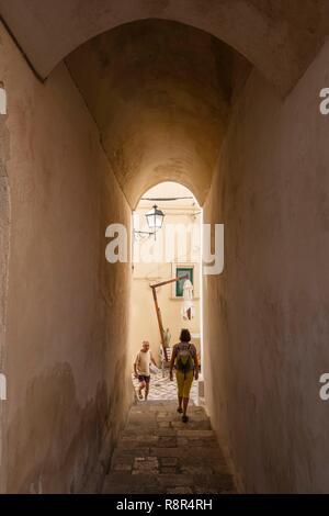 Italien, Apulien, Salento, Otranto, gewölbte Durchfahrt im historischen Zentrum - Stockfoto