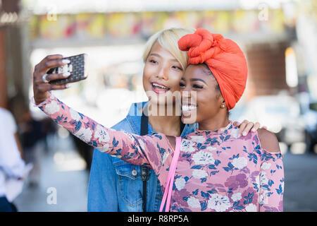 Glückliche junge Frauen, die selfie mit Kamera Handy - Stockfoto