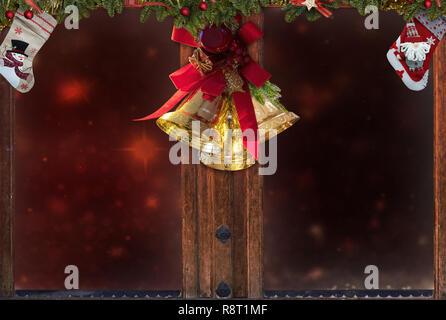Weihnachten Fenster, goldenen Glocken, Dekorationen, Schnee, Baum, Hintergrund für die Grußkarte Platz für Text - Stockfoto
