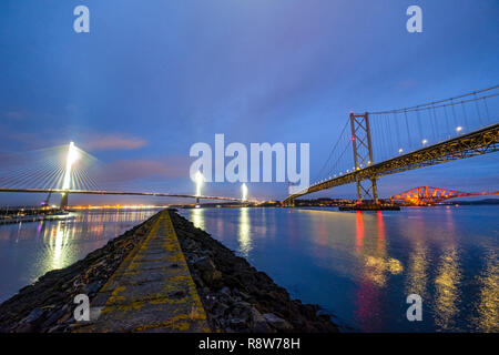 Sicht in der Dämmerung des neuen Queensferry Crossing Bridge, Forth Road Bridge und Forth Rail Bridge von Port Edgar South Queensferry. - Stockfoto