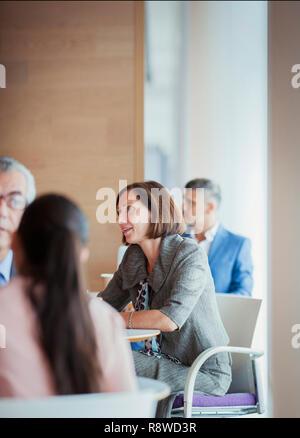 Geschäftsfrau Gespräche mit Kollegen - Stockfoto