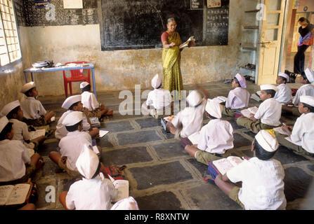 Lehrerin Unterricht Schule Kinder im Klassenzimmer, Sangli, Maharashtra, Indien