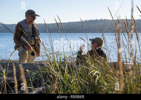 Zwei fliegen Fischer sprechen über Techniken für Fischerei beim Stehen auf einem Salz Wasser Strand im Nordwesten von Washington State USA - Stockfoto