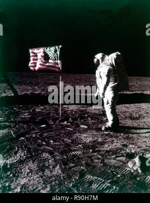 Buzz Aldrin steht neben der amerikanischen Flagge auf der Oberfläche des Mondes, Juli 1969. Schöpfer: Neil Armstrong. - Stockfoto