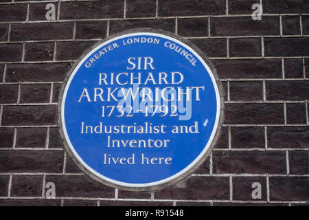 London, UK, 25. Jan 2018. Ein blauer Keramik Plakette markiert die Stelle, an der Sir Richard Arkwright bei 8 Adam Street, Charing Cross, London, WC2N 6AA lebte, - Stockfoto
