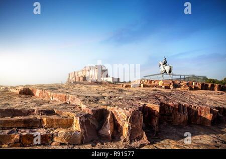Mehrangarh Fort, und der König auf dem Pferd Statue am blauen Himmel in Jodhpur, Rajasthan, Indien