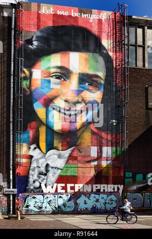 Wandgemälde von Anne Frank von Eduardo Kobra an der Street Art Museum an der NDSM-Werft in Amsterdam Noord, Niederlande. - Stockfoto
