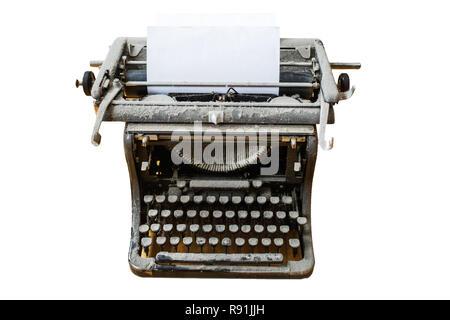Alte vintage Staubbedeckte Schreibmaschine mit Blatt Papier auf weißem Hintergrund - Stockfoto