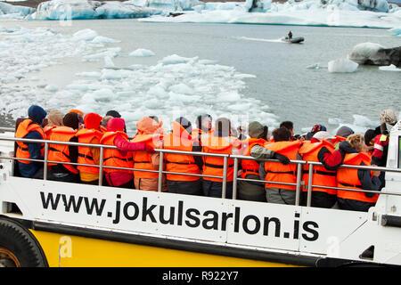 Jokulsarlon eis Lagune ist eine der am meisten besuchten Orte in Island. Es hat durch den schnellen Rückzug der Gletscher Breidamerkurjokull, die sie von den Vatnajökull Eiskappe sweeps erstellt. Eisberge Kalben von der Vorderseite und Schwimmen in der Lagune vor dem Floating heraus zum Meer, wenn klein genug. Alle Icelands Gletscher sehr schnell zurückziehen, und werden voraussichtlich in den nächsten 100 Jahren zu verschwinden. James Bond und Batman Filme haben auf dem Eis Lagune gefilmt worden. Touristen können Sie Bootsfahrten, Nahaufnahmen mit Blick auf die Eisberge. - Stockfoto