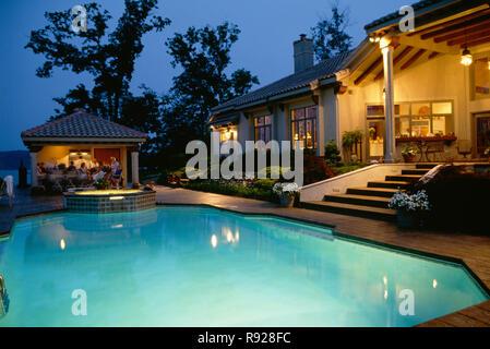 Luxus Haus mit Pool bei Nacht, USA - Stockfoto