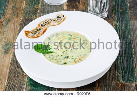 Zucchini-Suppe auf Holztisch, horizontale erschossen - Stockfoto