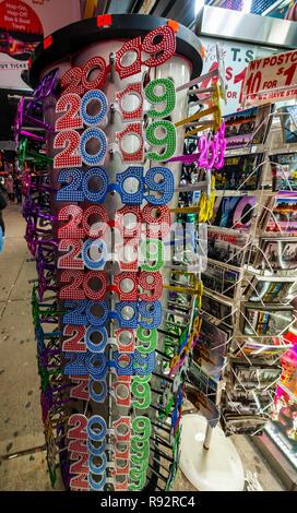 New York, USA. 19 Dez, 2018. Ein souvenir Store in New York zeigt eine Auswahl 2019 Silvester Gläser am Dienstag, 18. Dezember 2018. (© Richard B. Levine) Credit: Richard Levine/Alamy leben Nachrichten - Stockfoto