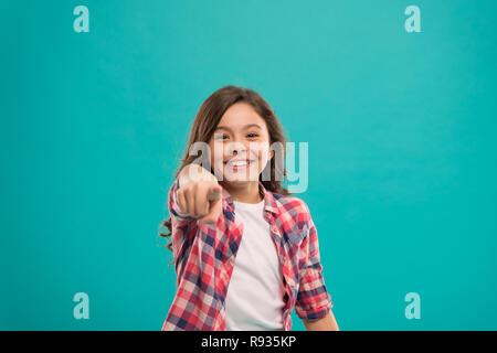 Kleines Mädchen, langes Haar glänzende Idee. Kleines Kind Lächeln mit neuen Idee stand über blauen Hintergrund aufgeregt. Das ist der Punkt. Idee, Lösung. Mädchen niedliche fröhliches Gesicht gefunden, wichtige Idee. - Stockfoto