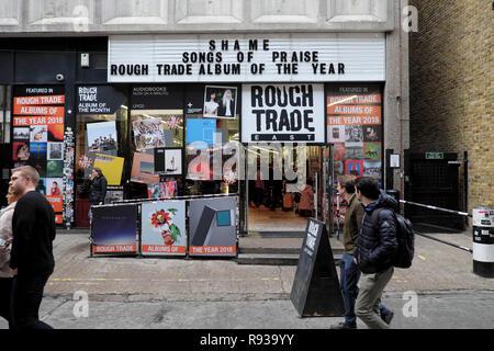 Rough Trade East Music Store Exterieur und Menschen Fußgänger zu Fuß auf der Straße außerhalb des Speichers in der Nähe der Brick Lane in East London, UK KATHY DEWITT
