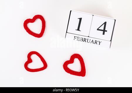 Red hausgemachte diy Herzen aus Karton, Garn, Holz- ewiger Kalender auf weißem Hintergrund. Idee St. Valentines Tag, Tag der Liebe, 14. Februar Konzept. Co - Stockfoto