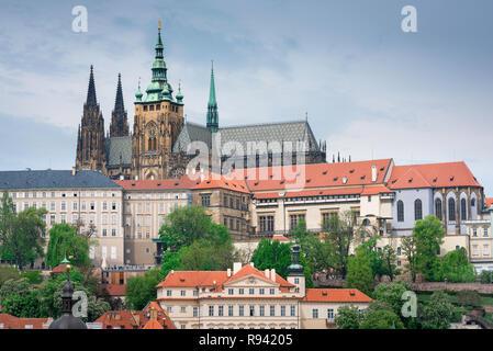 Die Prager Burg Kathedrale, Sicht auf die hradcany Bezirk mit der Prager Burg Gebäude und das Dach und die Türme von St. Vitus Kathedrale auf die Skyline. - Stockfoto
