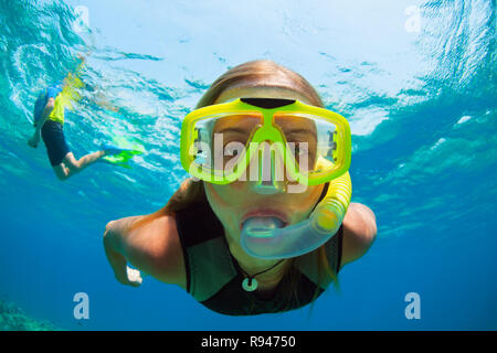 Happy girl in Schnorcheln Maske Tauchen Unterwasser im Korallenriff Meer Pool. Reisen, Schwimmen Abenteuer auf Familie Sommer Strand Urlaub mit Kindern - Stockfoto